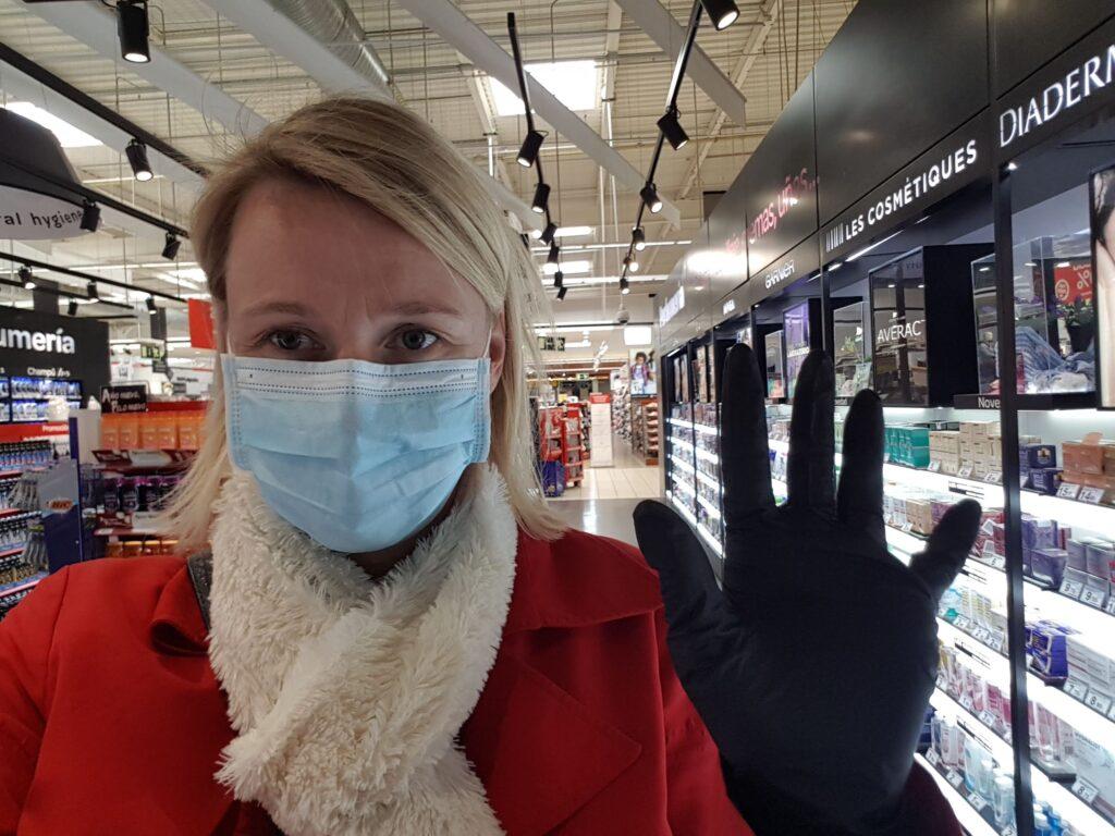 Handsker og maske i supermarkedet - virus