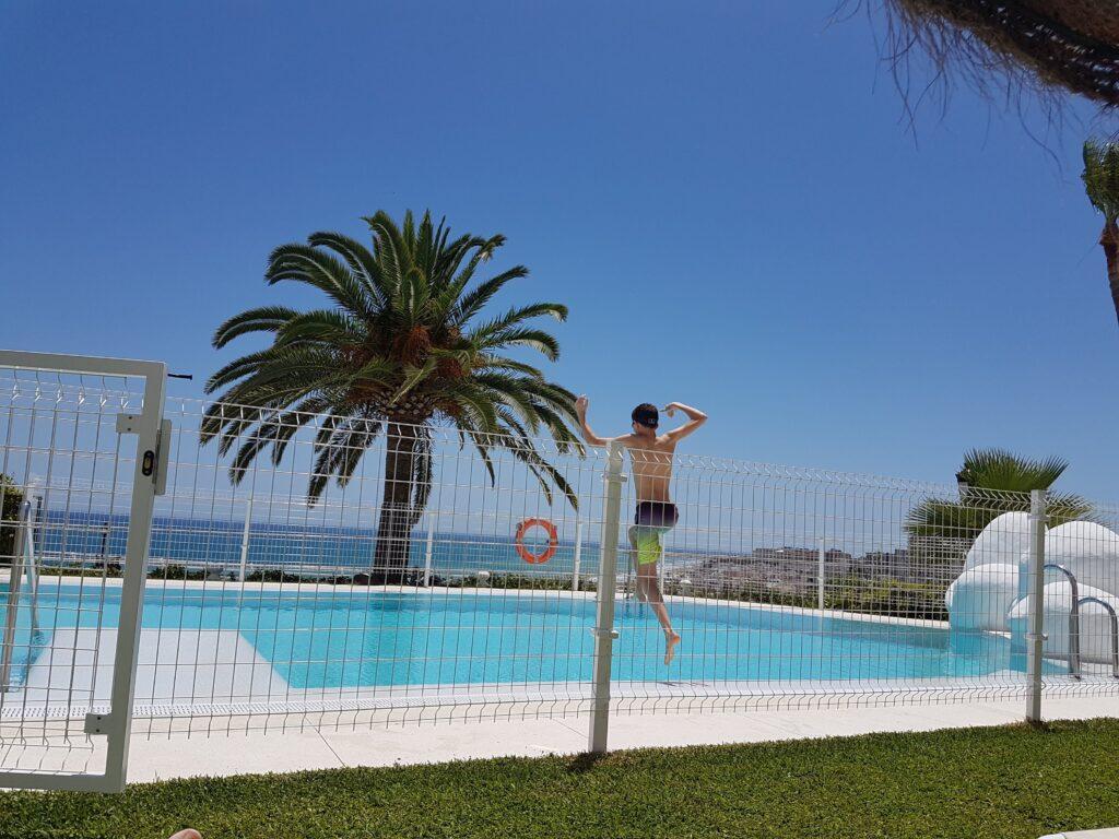 Ny lejlighed i Spanien - Adrian hopper i poolen