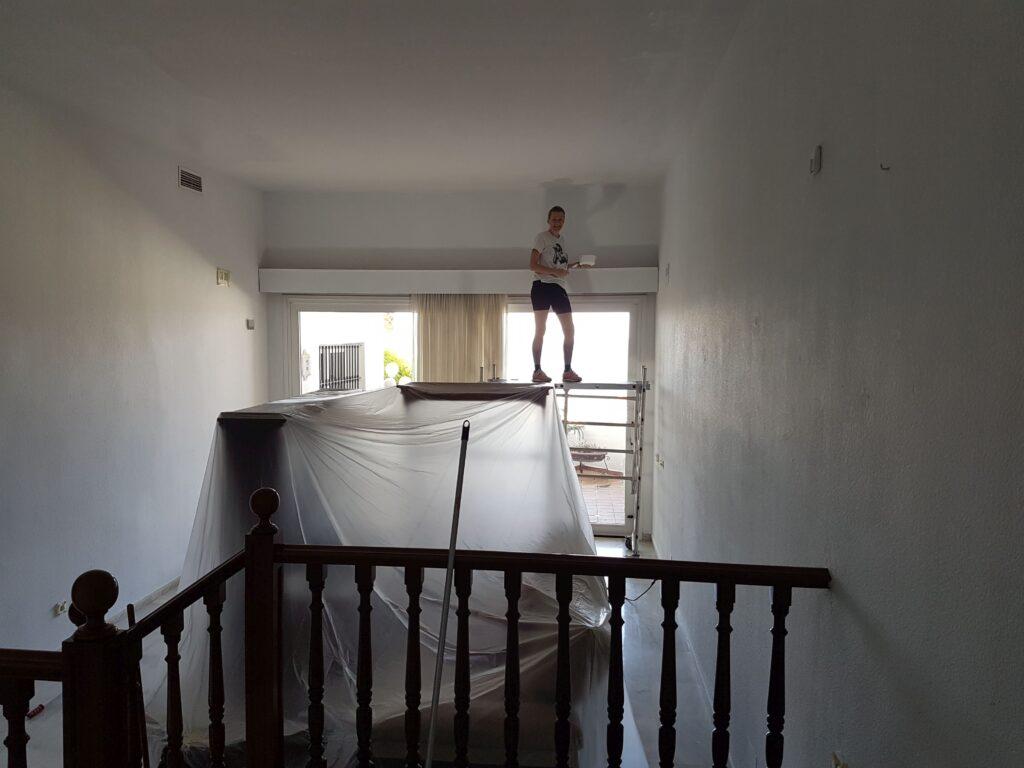 Ny lejlighed i Spanien - Sarah på stillads